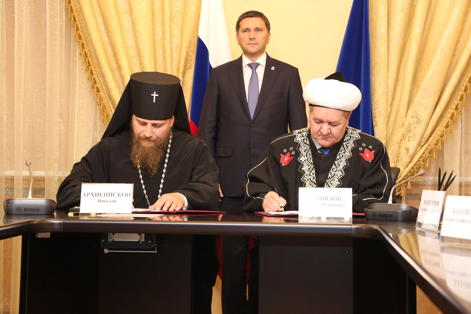Mufti Haidar Hafizov signs collaboration agreement with head of the Salekhard diocease of the ROC Sergey Chashin, Salekhard, 28 September 2017